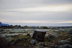 Uma rocha quadrada só em Islândia Fotos de Stock Royalty Free