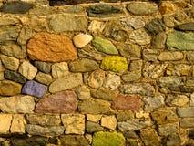 Uma rocha velha dos fundos da parede de pedra Fotografia de Stock Royalty Free