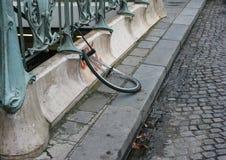 Uma roda de bicicleta quebrada é tudo que é saido de Paris, França imagens de stock