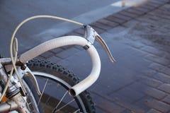 Uma roda de bicicleta velha imagens de stock royalty free