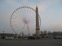 Uma roda de ferris ao lado do obelisco de Luxor, Paris fotografia de stock royalty free