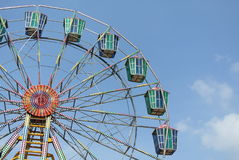 Uma roda de ferris colorida com fundo do céu azul Foto de Stock Royalty Free