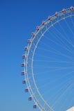 Uma roda de Ferris colorida com o céu azul desobstruído como vagabundos Fotos de Stock Royalty Free