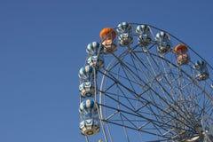 Roda de Ferris e céu azul. Imagens de Stock