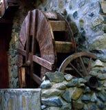 Uma roda de madeira autêntica de um velho imagem de stock royalty free
