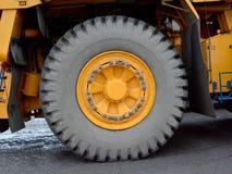 Uma roda grande amarela, um trator do reboque Imagens de Stock Royalty Free