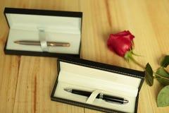Uma rosa vermelha com presentes Fotografia de Stock