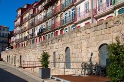 Uma rua ao longo do rio de Douro em Porto, Portugal horizontal Imagens de Stock
