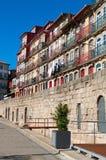 Uma rua ao longo do rio de Douro em Porto, Portugal vertical Fotos de Stock Royalty Free