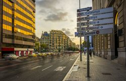 Uma rua assina dentro Barcelona, Espanha, com sentidos das ruas principais da cidade foto de stock