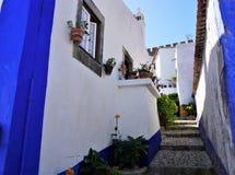 Uma rua colorida na cidade medieval de Obidos, Portugal Imagens de Stock Royalty Free