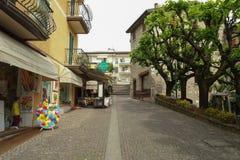 Uma rua com lojas turísticas e café em Sirmione, Itália fotografia de stock