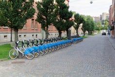 Uma rua com muitos bicyckle fotos de stock royalty free