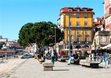 Uma rua com os restaurantes ao longo do rio de Douro em Porto, Portugal Fotografia de Stock Royalty Free