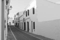 Uma rua da cidade do EL Mercadal de Menorca imagem de stock