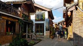 Uma rua da cidade velha de Lijiang, China foto de stock royalty free