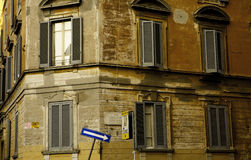 Uma rua da maneira assina dentro Roma Itália Foto de Stock Royalty Free