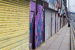 Uma rua das lojas do derelict que estão sendo vendidas pelo conselho para £1 cada um a ser recondicionado fotografia de stock royalty free