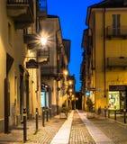 Uma rua de lite em Cuneo Fotos de Stock