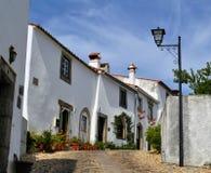 Uma rua e o típico com as casas dentro do castelo de Marvão fotos de stock