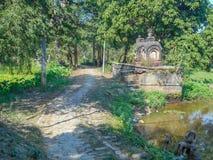 Uma rua e um templo bonitos em uma vila fotografia de stock