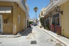 Uma rua em Ierapetra, Creta, Grécia imagens de stock
