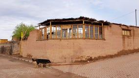 Uma rua em San Pedro de Atacama com as casas de adôbe típicas, o Chile fotografia de stock