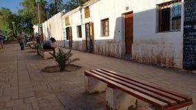 Uma rua em San Pedro de Atacama com as casas de adôbe típicas, o Chile foto de stock royalty free