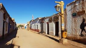 Uma rua em San Pedro de Atacama com as casas de adôbe típicas, o Chile foto de stock