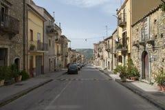 Uma rua em Sperlinga, Itália fotografia de stock royalty free