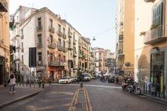 Uma rua ensolarada em Nápoles fotos de stock