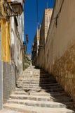 Uma rua estreita em Tortosa em um dia ensolarado foto de stock royalty free