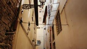 Uma rua estreita original com as casas velhas na parte histórica de Florença tiro do steadicam vídeos de arquivo