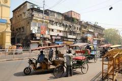 Uma rua movimentada em Deli, Índia. fotografia de stock royalty free