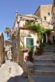 Uma rua na cidade velha das pitadas em Sicília fotos de stock