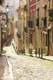 Uma rua na cidade velha. Lisboa. Portugal imagens de stock royalty free
