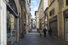 Uma rua no centro de Lucca com lojas e o café pequenos foto de stock