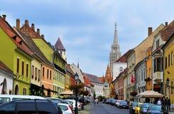 Uma rua no distrito velho do castelo de Buda - Budapest imagens de stock