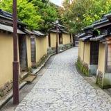 Uma rua no quarto velho do samurai em Kanazawa, Japão imagens de stock