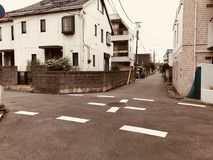 Uma rua pequena em uma cidade japonesa imagens de stock royalty free