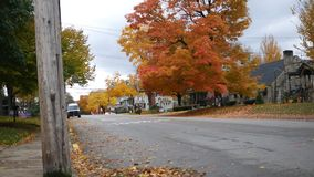 Uma rua principal de América da cidade pequena durante o outono na tarde torrada de novembro filme