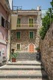 Uma rua secundária em Taormina em Sicília imagens de stock