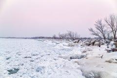Uma ruptura da tempestade em Dalhousie portuário coberto no gelo e na neve no winte fotografia de stock royalty free