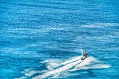 Uma ruptura solitária do esquiador do jato a água azul calma do oceano no turco grande Imagem de Stock Royalty Free