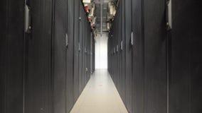 Uma série longa de armários especiais projetou para o servidor da ventilação em uma grande planta industrial Dispositivos conecta vídeos de arquivo