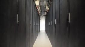 Uma série longa de armários especiais projetou para o servidor da ventilação em uma grande planta industrial Dispositivos conecta video estoque