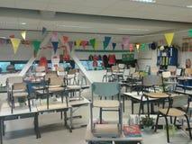Uma sala de aula decorada em uma escola primária fotos de stock