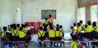 Uma sala de aula de ensino do professor da mulher completamente das crianças fotos de stock royalty free