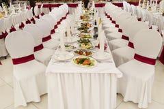 Uma sala de banquete do restaurante decorada para um casamento Fotografia de Stock Royalty Free
