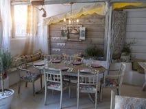 Uma sala de jantar pequena em uma casa rústica, Fotografia de Stock